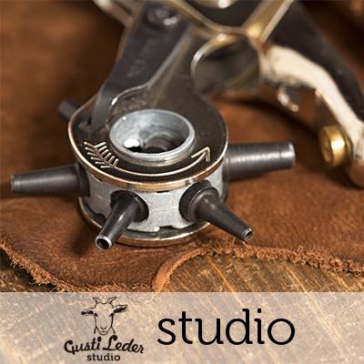 Werkzeug zur Herstellung von Lederwaren der Gusti Leder studio Kollektion.